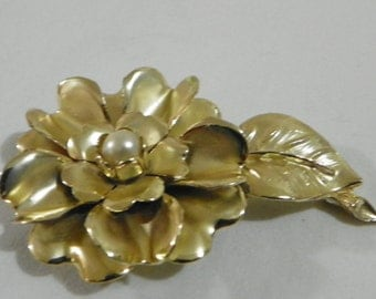 Faux pearl gold tone vintage brooch