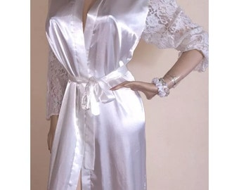 Vintage INTIME of California Collection LONG white satiny LACE  sleeve robe Sz Small S