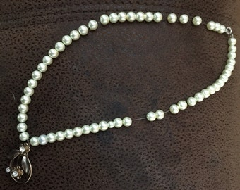Pearl choker necklace with pearl and flower design