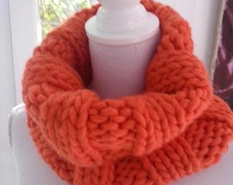 Col snood orange tricoté à la main