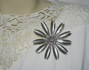 vintage 1960s metal daisy silver brooch pin atomic silver