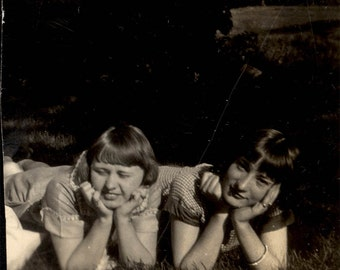 Vintage Snapshot photo 1929 Cute Flapper YOung Gals Lying in Grass Hands under Chin
