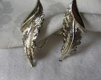 VINTAGE Silver Metal Curled Feater Costume Jewelry Screw Back Earrings
