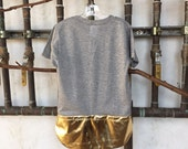 Unisex kids extended tee w/ gold