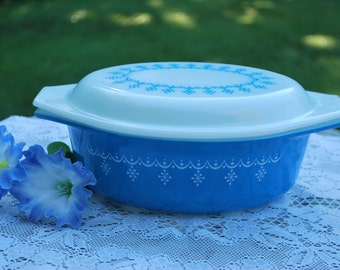 Vintage Pyrex Blue Garland Snowflake Pattern 043 - 1 1/2 Quart Casserole with White Cover