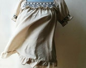 Bohemian cross stitch embroidered folk blouse with ruffles. Neutral taupe khaki color. Short sleeve, size M L, EU 38-40