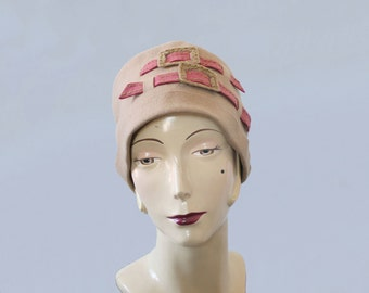1920s Hat / 20s Flapper Cloche Hat / Tan and Pink Wool Buckle Hat