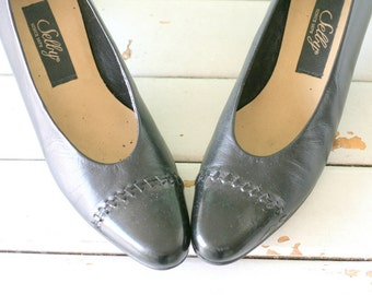 SALE/// 1980s Vintage MAD MEN Black Leather Pumps...size 9 women...selby. glam. pumps. shoes. wedding. bride. mad men. black pumps. designer