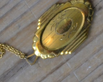 Lovely antique art nouveau / edwardian / art deco gold tone locket / BJKWMK