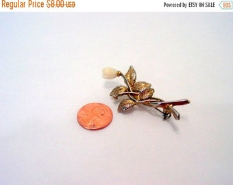 50% Off ESTATE SALE Vintage Flower Pin, Gold Tone Leaf and White Flower Brooch Vintage jewellery costume jewelry