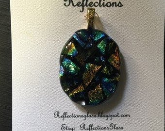 Pendant made of fused dichroic glass. (p55)