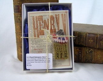 Henry Fifth. Shakespeare. Once More unto the Breach. Shakespeare gift box, knitted actor, folded stage, speech.