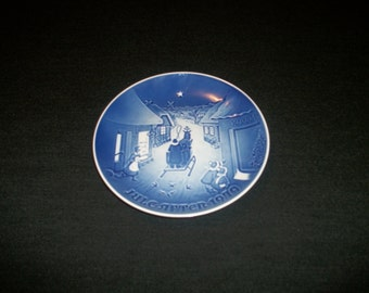 Lovely Bing & Grodahl Blue White CHRISTMAS PLATE JULEAFTEN 1979, Sleigh going thru the Town people watching