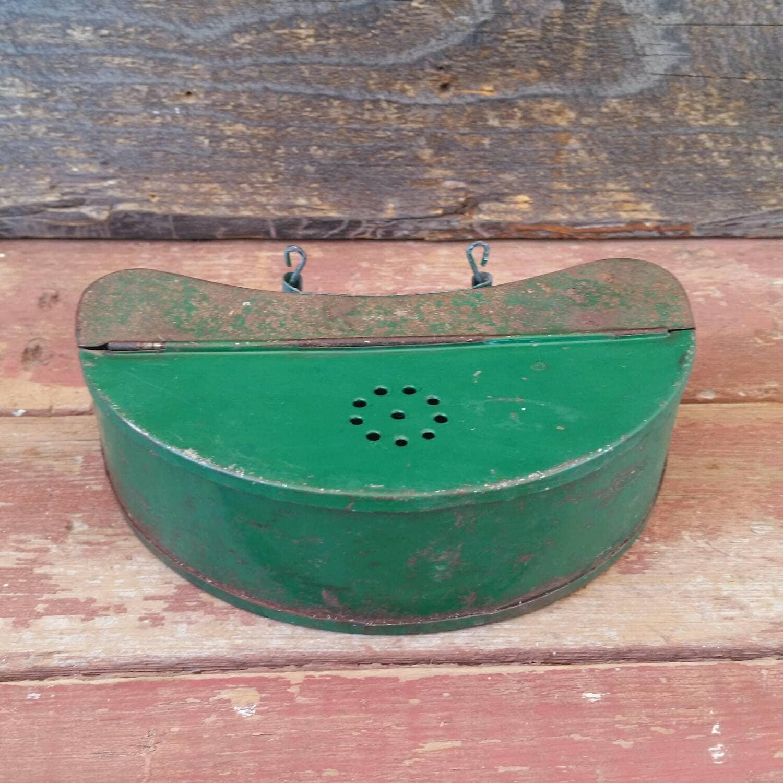 Green bait box vintage metal worm box cricket box fishing for Fishing worm box