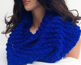 Warm Crochet Cowl in Royal Blue, Winter Scarf in Brilliant Blue for Women or Teens, Cozy and Soft Crochet Winter Cowl in Beautiful Blue