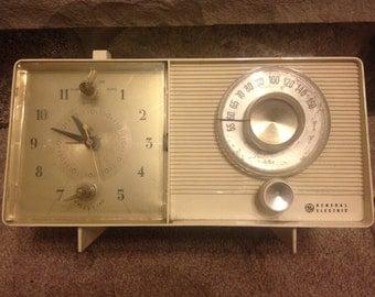 Vintage General Electric Cream Tube Radio Clock AM Radio/Alarm - Works