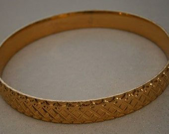 B138) A lovely vintage gold tone signed Saloni textured metal bracelet bangle