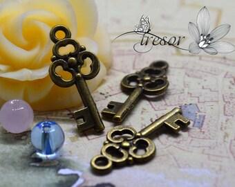 QWP069 23x10mm key pendant bronze