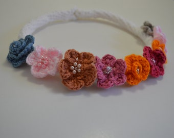 White crochet necklace, beautiful flowers of bright colors, light. Elegant Luciras with this simple necklace.