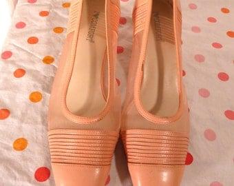 Pretty Pink Vintage Shoes Mesh sides Size 9M Pumps Pale Pink