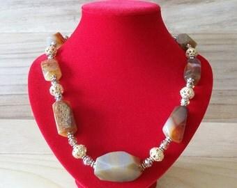 Collana in agata della Botswana armonicabijoux con semicristalli, petali chiari e sfere dorate, gancio di chiusura argento925 placcato oro
