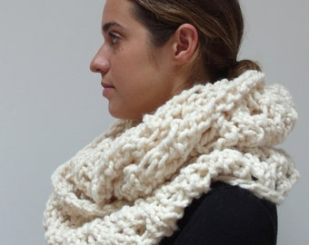 READY TO SHIP/ the willow cowl in cream / chunky knit warm knitted scarf / wool blend