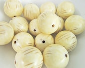 16 Vintage 14mm Antiqued Ivory and Light Brown Striped Incised Lucite Round Beads Bd1799