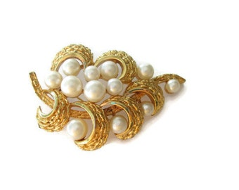Crown Trifari Gold Tone Pearl Cluster Leaf Brooch Pin Elegant Jewelry
