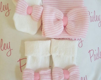 Newborn girl Hospital Gift Set. Newborn hat, mitten and sock set with pink and white striped matching bows. Hospital hat. Baby gift set.
