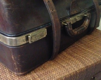 SALE !! Vintage chocolate brown leather travel case.