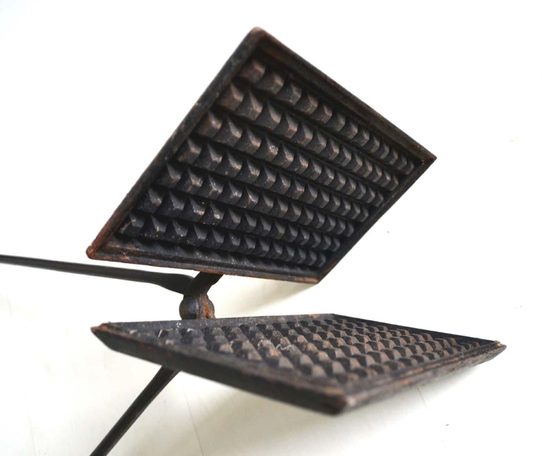 Foyer Art Vif Bienne : Ancien moule à gaufre fonte manche fer forgé pour foyer vif
