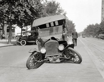 Crashed Ford Model T, 1922. Vintage Photo Digital Download. Black & White Photograph. Classic Cars, Automobiles, 1920s, 20s, Historical.