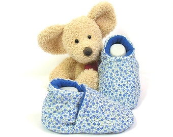 Blue baby slippers with flowers, size 0/3 months by Tricotmuse