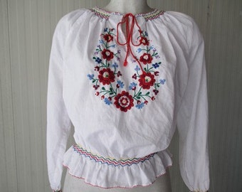Top ungherese anni 50 con ricami/1970s hungarian top with embroydery and honeycomb details/Size S-M
