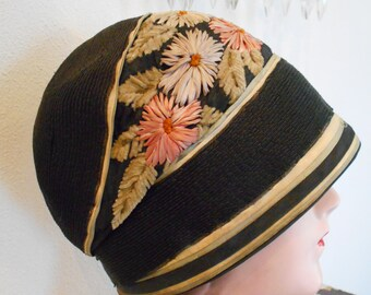 Beautiful 1920's Flapper/Downton Abbey Hat Cloche with Embroidered Silk/Chenille Flowers