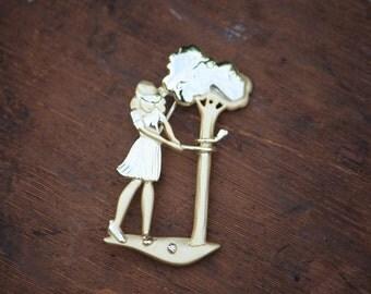 Vintage AJC lady golfer gold tone brooch