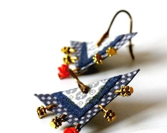 Earrings of Fabric and Brass - Mosaic of triangle blue and white - red rose