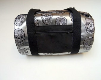 Mini duffel bag in silver faux leather pattern skull