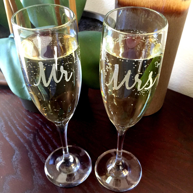 Wedding Gift Champagne Flutes: Mr Mrs Champagne Glass // Wedding Toasting Flutes // Wedding