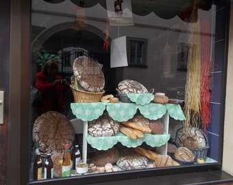 Bread in the window, original photography: 20 x 30 cm