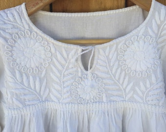 SIZE S-M-L Elegant and Beautiful  Mexican embroidered blouse. Cotton/Manta