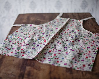 Linen apron with flowers
