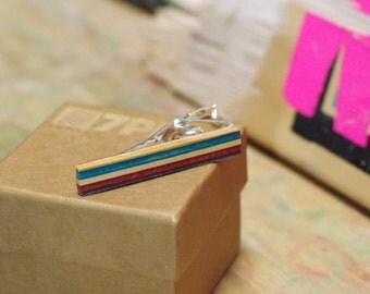 Pince à cravate skateboard recyclé usagé bois bleu rouge et noir