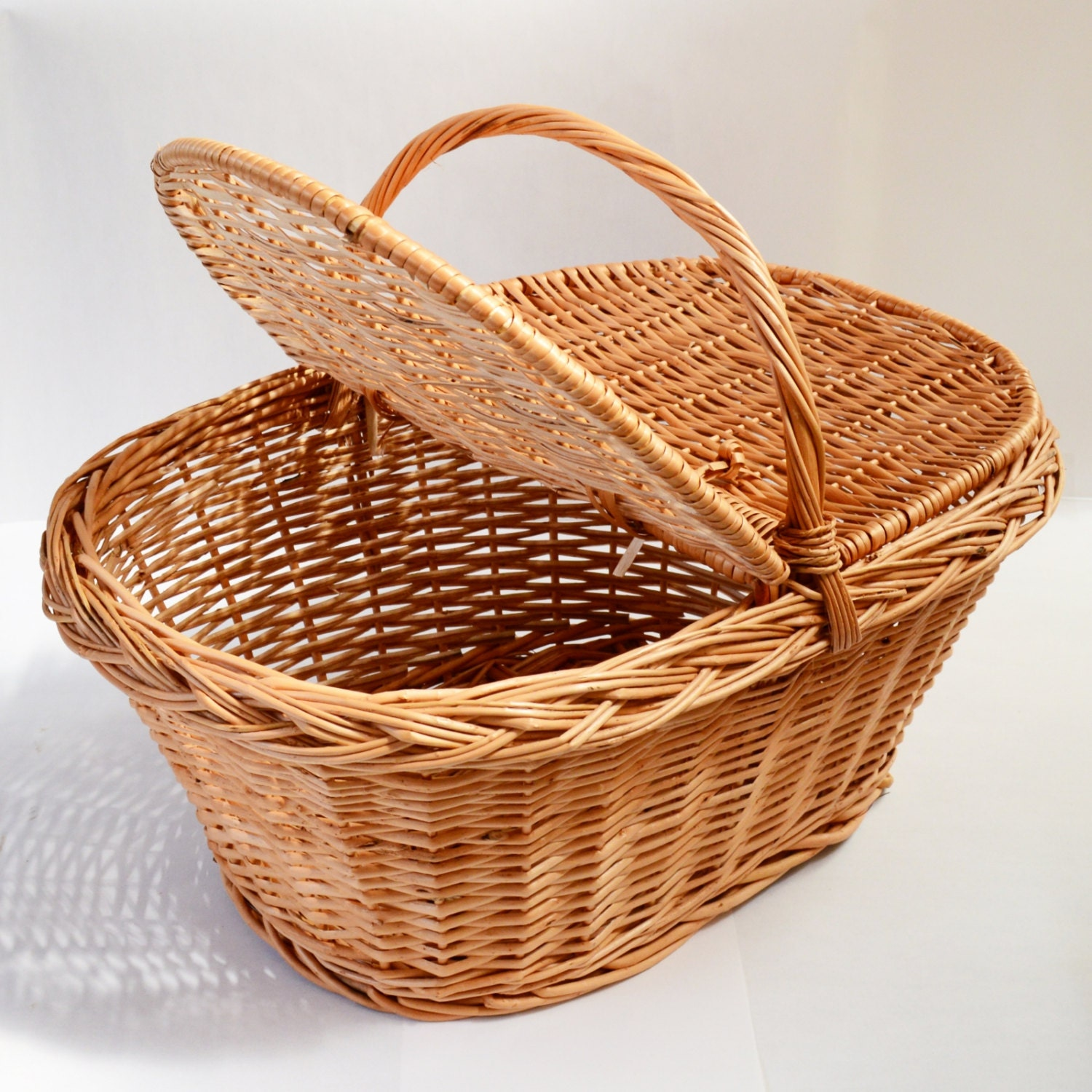 traditional woven wicker willow picnic basket with handle lid. Black Bedroom Furniture Sets. Home Design Ideas