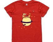 Crocodile with rocket camping on saturn, toasting apples, red, kids t-shirt