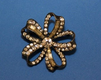 Flower-shaped rhinestone brooch