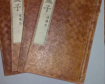 Opera completa in 4 volumi su Mencio (Moushi), famoso filosofo cinese uno dei principali interpreti del confucianesimo.