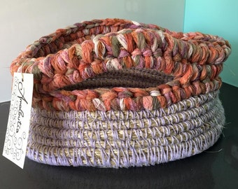 Basket with contrast trim