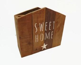 Porte-revues en bois de palette de style scandinave, forme maison en bois, rangement et décoration en bois par Pleasant Home