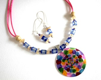 Adornment multicolor pendant round mother of Pearl.